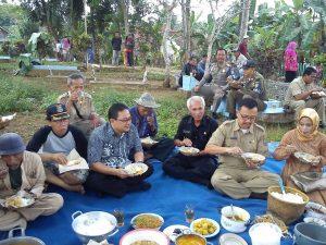 Kegiatan Gotong Royong Pengecoran Jalan Makam Bangbayang Dusun Kendal Desa Sukahaji